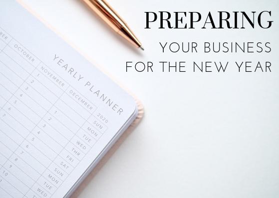 Image contains a calendar, pen and text.
